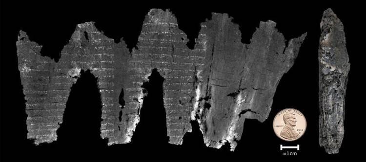 O pergaminho de Ein Gedi desenrolado digitalmente e na forma como foi descoberto (à direita): texto igual ao encontrado hoje nos livros sagrados